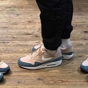 air max 1 on feet women